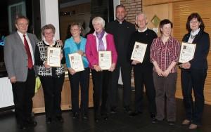 Die Jubilare (von links): Anneliese Diekhues, Renate Welle, Leni Schnellhardt, Werner Topp und Marlies Blenkers sowie Kerstin Riegelmeyer (2.v.r.), Pastor Weßel (4.v.r.) und Herbert Kamp (links)