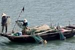 Neben den Touristen-Dschunken gibt es auch Fischer, die mit ihren kleinen Booten traditionell fischen.