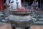 Opferschalen zum Verbrennen von Räucherstäbchen für die Verstorbenen