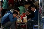 Garküche mit Sitzgelegenheit auf dem Bürgersteig in Hanois Altstadt.