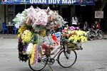 Ein Blumenstand auf einem Fahrrad in Hanoi.