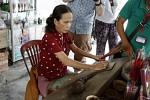 Herstellung von Räucherstäbchen im Akkord.