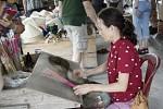 Per Hand wird auf die dünnen Stäbchen die klebrige Masse für die Räucherstäbchen gewickelt.