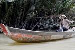 Eine Vietnamesin geschützt mit Sonnenhut und Gesichtsschutz.