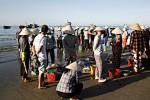 Alle warten auf die Fische, die sofort aussortiert und verteilt werden.