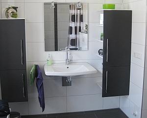 Unterfahrbarer Waschtisch mit Ablagefächern