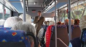 Bürgermeister Georg Moenikes begrüßt die Senioren
