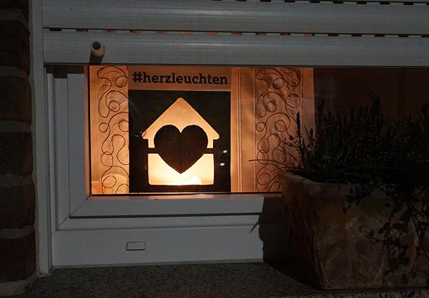 Die Aktion Herzleuchten des WDR lässt unsere Fenster erstrahlen. Zeigen Sie, wie sehr Ihr Herz leuchtet: für die Menschen, die am Corona-Virus erkrankt sind, für die unzähligen Menschen, die helfen gegen das Virus zu kämpfen und die unsere Versorgung sichern.